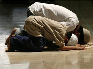 If someone joined Asr prayer in the 4th rak'ah & then another man joined him, can the 1st person become imam?