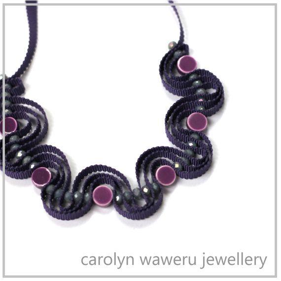 Nastro viola collana con perle in ceramica di CarolynWaweru