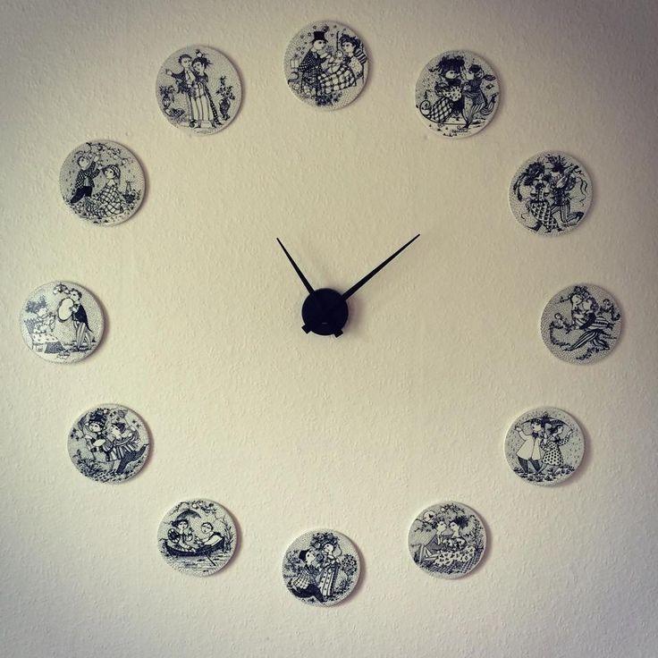 Vægur af Wiinblad-platter. Selve ur-delen kan fås f.eks. på http://www.dubuy.dk/dk-1/webshop/ure/1587/big_time_karlsson.htm