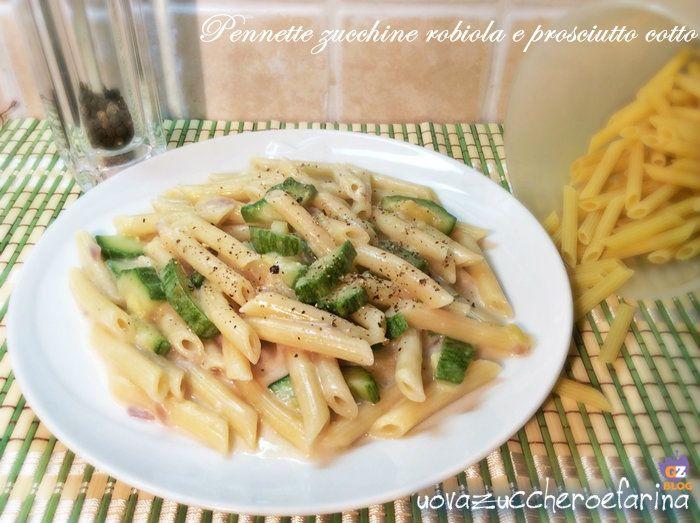 Le pennette zucchine robiola e prosciutto cotto appartengono alla categoria dei primi piatti che si preparano mentre l'acqua arriva ad ebollizione.