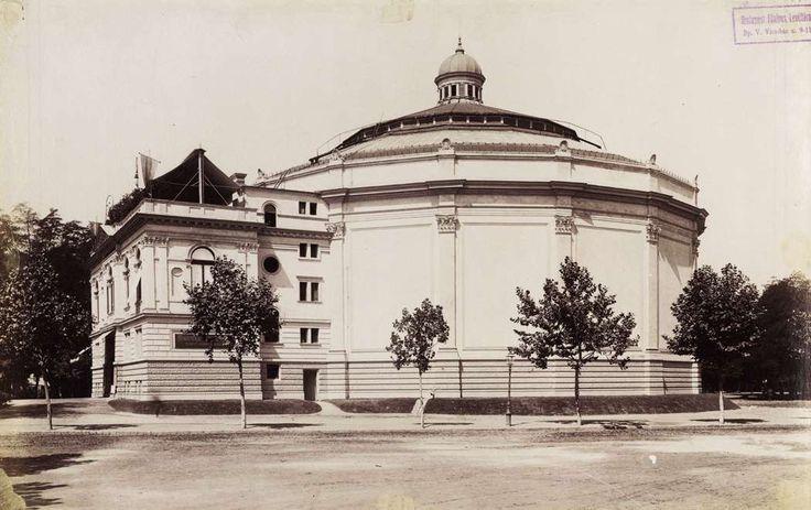 Rotunda, a Feszty-körkép (A magyarok bejövetele) épülete a mai Szépművészeti Múzeum helyén. A felvétel 1895 körül készült. A kép forrását kérjük így adja meg: Fortepan / Budapest Főváros Levéltára. Levéltári jelzet: HU.BFL.XV.19.d.1.07.112