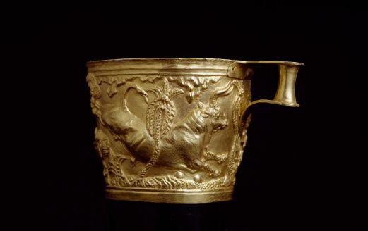 Tazza di Vaphio; XV secolo a.C, oro lavorato a sbalzo. Ritrovato nel sito di Vaphio a sud di Sparta, Laconia, ora conservato al museo archeologico nazionale di Atene.