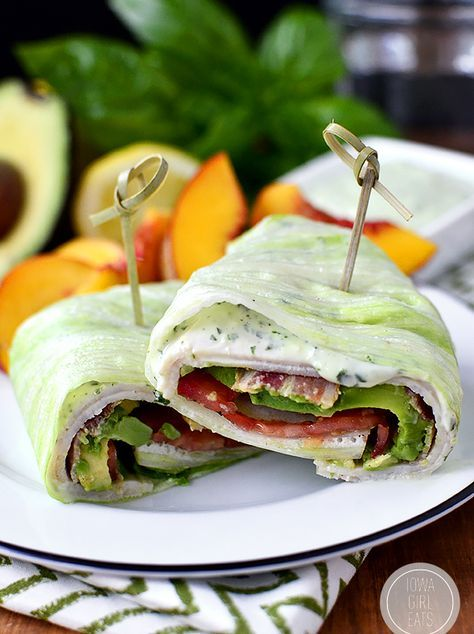 Een lekker koolhydraatarm lunch recept, een sla wrap met kalkoen filet en bacon. Dit is een heerlijk sla recept met basilicum mayonaise, avocado, tomaat, kalkoenfilet en bacon. De sla wraps zijn heerlijk om mee te nemen als lunch voor op het werk of de studie. De sla wraps zijn het lekkerst als je ze koud serveert!
