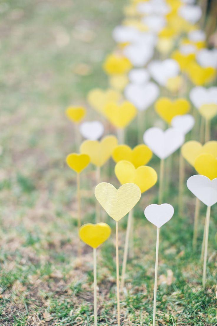 Bedek het graf met hartjes | Vind meer inspiratie over decoratie & DIY voor het afscheid en de uitvaart op http://www.rememberme.nl/rouwbloemen-rouwdecoratie/ | Bron: http://www.stylemepretty.com/vault/image/2369991