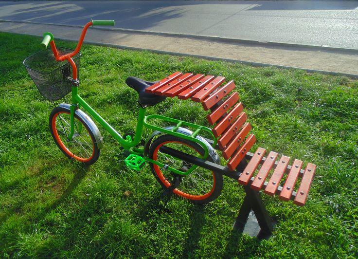 Banca urbana idea, disfrutar de agradable viaje y ejercicio en bicicleta despreocupado de donde estacionar para poder almorzar.