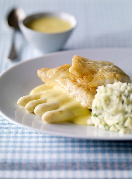 Een overheerlijke grietfilets met asperges en kruidige mousselinesaus, die maak je met dit recept. Smakelijk!