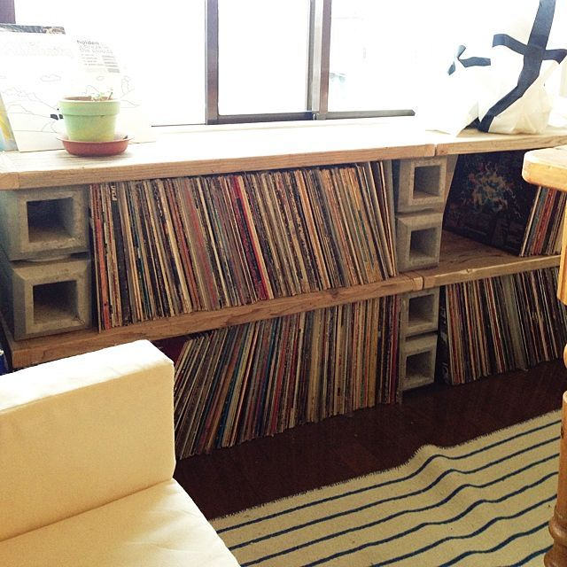 女性で、1LDKのWOODPRO/レコード棚/DIY/WOODPRO足場板/棚についてのインテリア実例を紹介。「レコード棚DIYしました。DIYで言っても、ブロック積んで板載せただけですが^^;」(この写真は 2014-09-18 17:07:20 に共有されました)