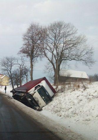Ciężarówka w rowie. Zderzyła się z samochodem osobowym. http://kontakt24.tvn24.pl/najnowsze/ciezarowka-w-rowie-zderzyla-sie-z-samochodem-osobowym,191694.html