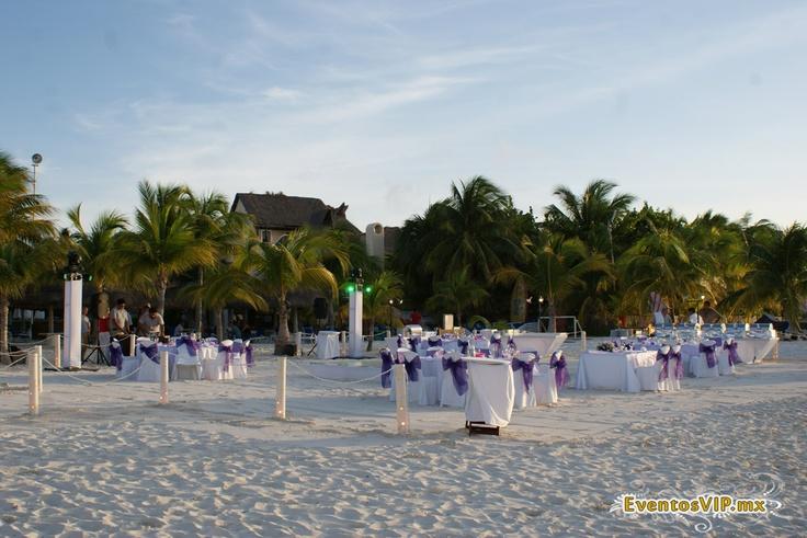 Inspírate con las mejores bodas en la playa de Cancún aquí http://bodatotal.com/