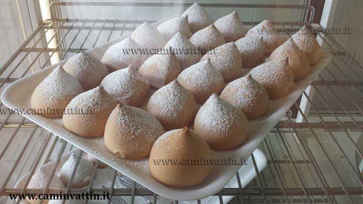**Tette delle monache**5 uova- 150 gr. zucchero- 50 gr. fecola di patate- 100 gr. farina-crema chantilly q.b. - zucchero a velo q.b- ISTRUZIONI Montate le uova con lo zucchero fino ad ottenere un composto schiumoso. Unite fecola e farina e mescolate delicatamente. Trasferite il composto in una sac a poche e formate delle palline dentro dei pirottini. Infornate a 200° per 15 minuti (attenzione a non farle bruciare). Preparate la crema chantilly. Una volta cotte le tette, lasciatele…