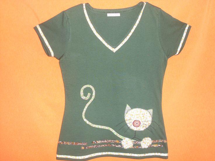 Camiseta verde con gato. Diseño: Carmen Sancho-Tello. telasytijeras@yahoo.es
