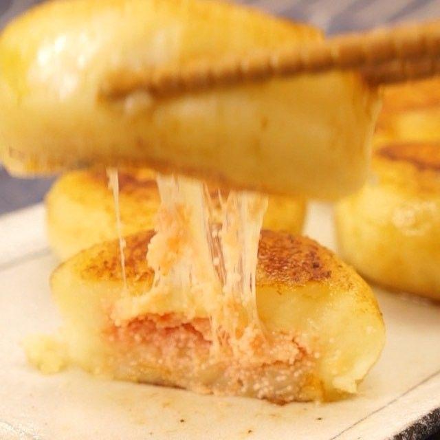 じゃがバターの中からチーズと明太子があふれ出す明太ジャガバターおやき! 明太子の塩気とチーズのコクがクセになる♡ おつまみにもおやつにもなる万能レシピです!  材料 直径5cm大で4個 ・じゃがいも  2個(200g程度) ・塩  少々 ・薄力粉  大さじ2 ・牛乳  大さじ2 ・明太子  1本 ・スライスチーズ 1枚 ・バター  10g ・醤油  小さじ1/2  手順 1. じゃがいもはよく洗い、濡れた状態でラップに包んで600wのレンジで5分加熱する 2. 熱いうちに皮を除き、なめらかになるまでよくつぶす 3. 塩、薄力粉、牛乳を加えてよく混ぜる 4. 2を等分し、皮を除いた明太子、小さく折りたたんだチーズを入れて包んで丸める 5. フライパンにバターを熱し、4を並べる 6. 焼き色がついたらひっくり返し、ふたをして弱火で5分加熱する 7. 醤油を回しいれて完成  DELISH KITCHENの「おかず」レシピが本になります! Amazonで予約受付中です♪ 「DELISH KITCHEN 100万回レシピ 料理のコツがパっとわかる」…