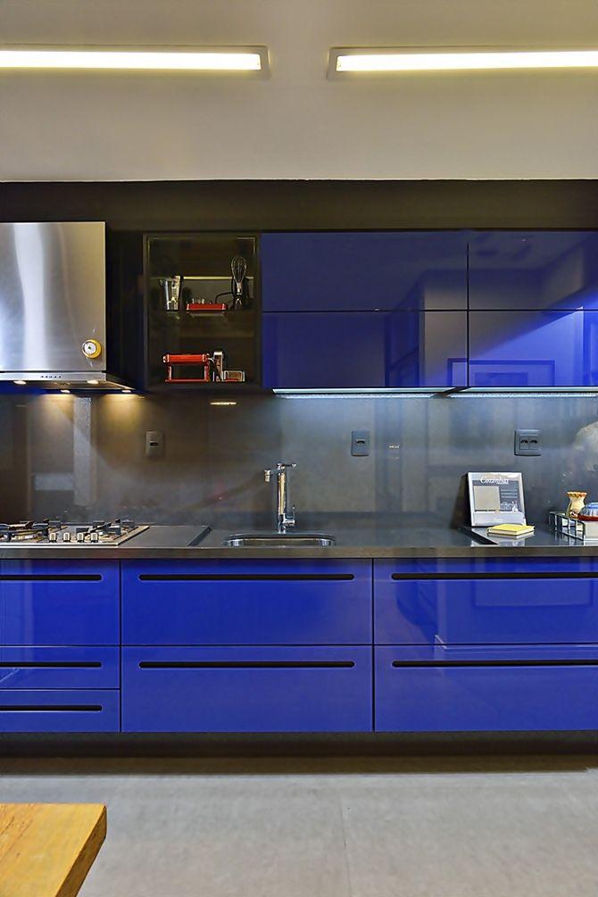 Linda cozinha com o azul em contraste com o cinza do piso e parede