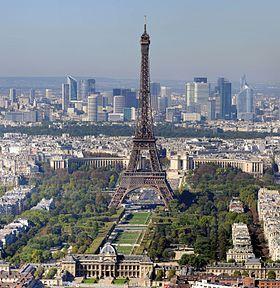 La tour Eiffel, et les gratte-ciel de la Défense en arrière-plan.