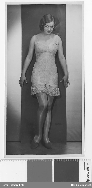 Korsetter. NKs mannekänguppvisning Sept 1931. Kvinna i korsett/underklänning, strumpor och skor. Nordiska Kompaniet.