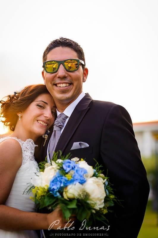 Una boda original, empezando por el look del novio: gafas de sol 'algo arriesgadas' ¡Míralo!
