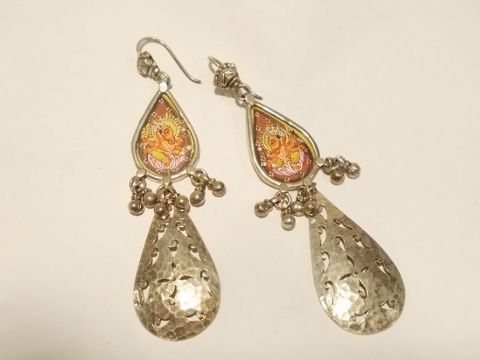 Orecchini in argento vecchio. Elementi provenienti da varie parte dell'India. Pezzo unicoIl Microdipinto su seta raffigura GANESH
