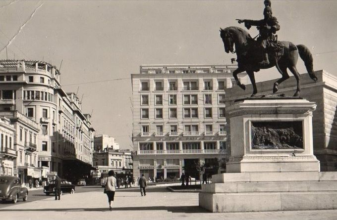 Η οικία Αφεντούλη στην πλατεία Κολοκοτρώνη τη δεκαετία του '50, μετά την προσθήκη ορόφων και την αλλαγή των όψεων.