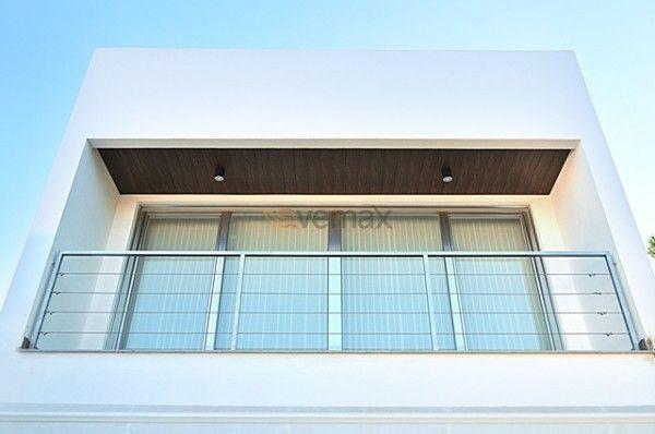 PVC -Aluminio. Esta combinación de materiales muestra una estética impecable que se adapta a los requisitos del proyecto arquitectónico y máximas propiedades de aislamiento térmico y acústico.
