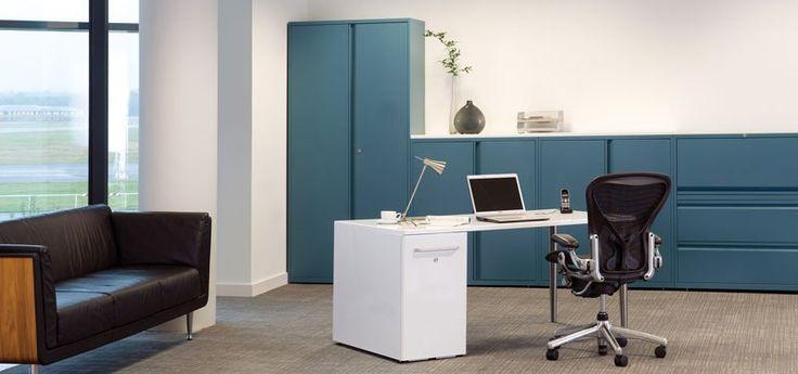 Armarios metálicos Bisley en azul con pared, mesa y cajonera tipo torre en blanco y sofá negro: https://mobiliariooficina.wordpress.com/