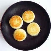 楽天が運営する楽天レシピ。ユーザーさんが投稿した「チーズとろとろ じゃがいも餅」のレシピページです。片栗粉とじゃがいもを捏ねてフライパンで焼くだけで、モチモチのお餅風お焼きが出来ます。。チーズとろとろ じゃがいも餅。じゃがいも,片栗粉,塩,とろけるチーズ,バター,はちみつ(お好みで)