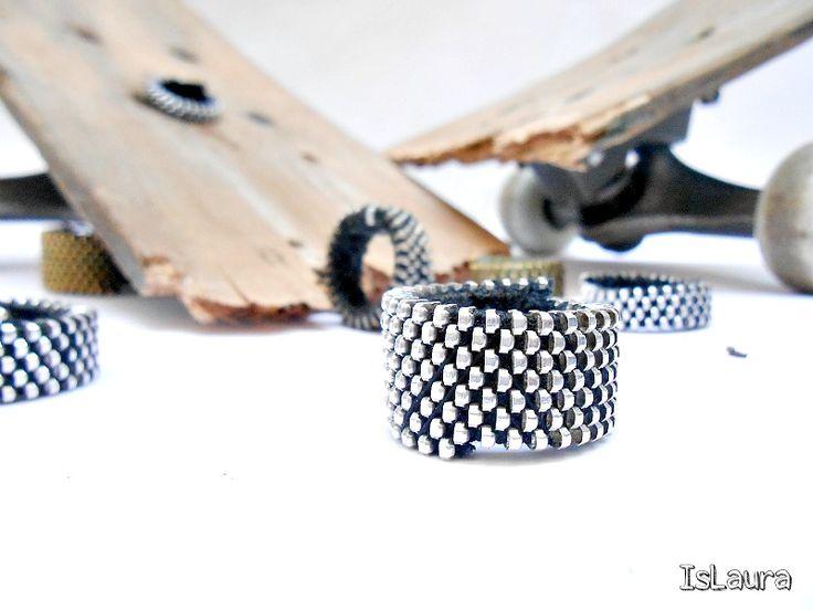 Ecco a voi il post su come fare gli anelli di cerniera. Vi avevo già fatto vedere tempo fa i miei anelli fatti con le cerniere e ora è giunto il momento di farvi vedere come si fanno. Di anelli con le cerniere ce ne sono in giro tanti e in questi anni ne ho…
