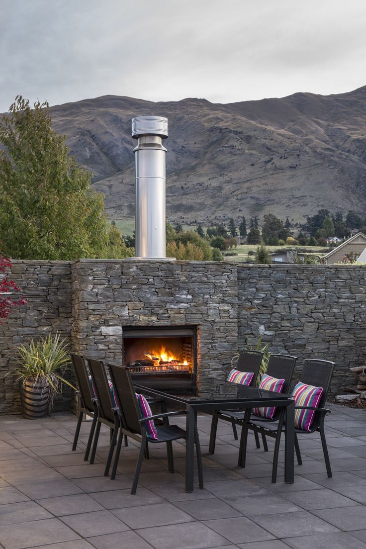 A perfect entertaining outdoor with stone wall designed by Brent Alexander from The Design Studio #ADNZ #architecture #entertainingoutdoor