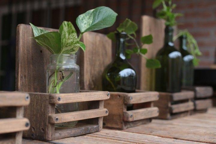 Incluye botella y la planta.  Encontrá Portamaceta desde $120. Living, Jardín y más objetos únicos recuperados en MercadoLimbo.com.