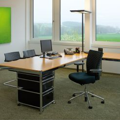 Neben der klaren Strukturierung verleihen wertige Materialien, wie Massivhölzer, veredelte Metalle, hochwertige Stoffe und der hochflorige Teppich, sowie das fein abgestimmte Farbkonzept den Räumen Qualität und Atmosphäre.