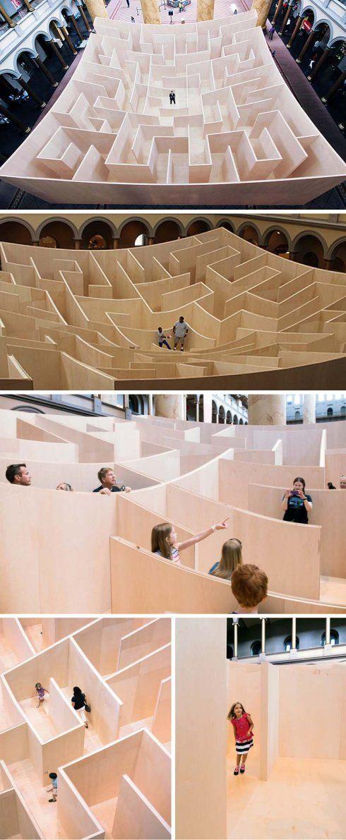 """""""Big Maze: Bjarke Ingels Group"""". Un laberinto de madera en medio de la sala principal del """"National Building Museum"""" en Washington D.C, creado por la compañia danesa de arquitectura:  Bjarke Ingels Group (BIG)."""