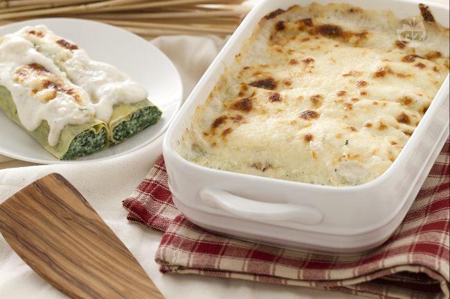 I cannelloni di ricotta e spinaci sono formati da rettangoli di pasta all'uovo arrotolati con un ripieno di ricotta, spinaci, parmigiano grattugiato e spezie.