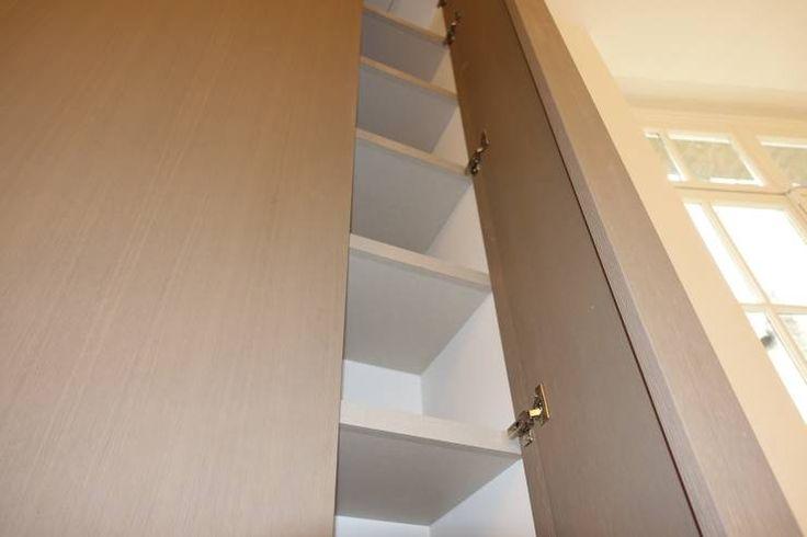Détail porte de placard menuiserie sur mesure: Couloir, Entrée & Escaliers de style de style Moderne par SA2L RENOVATIONS PRIVEES
