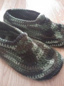 Crochet slippers for the whole family with 20 free patterns.