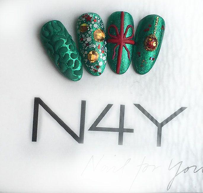 Jule nail art negle, lavet i uv gele og negle glitter flakes fra nail4you. Du kan deltage på vores jule nail art negle kurser, også selv om du ikke har lavet negle før.