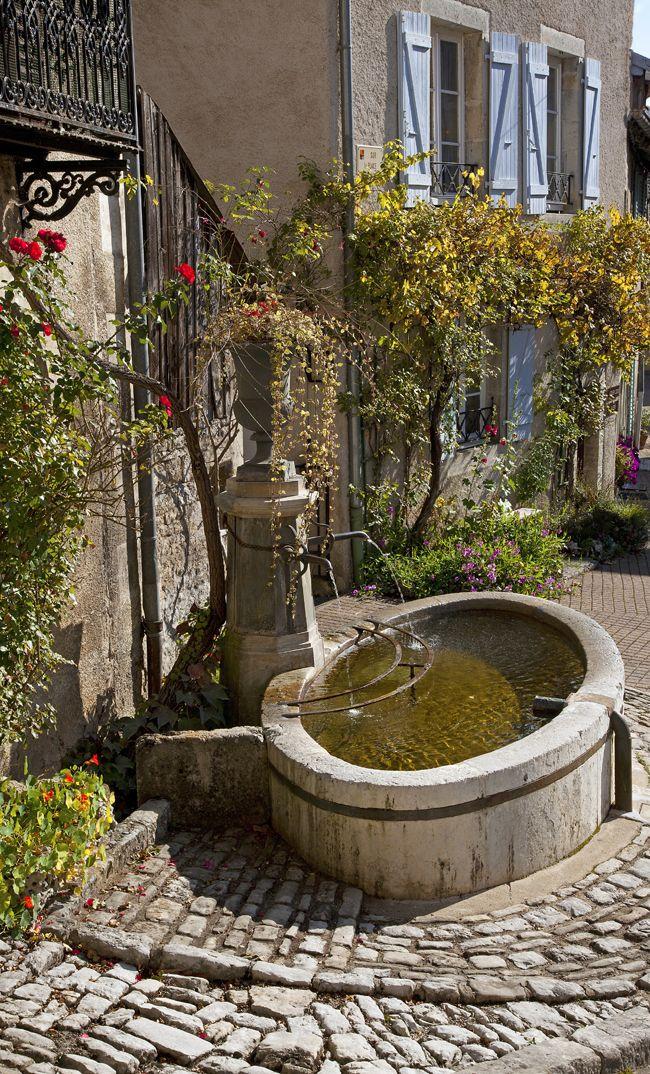 Le village de Lods dans le Doubs, Franche-Comté, France #tourisme #campingcar #fontaine