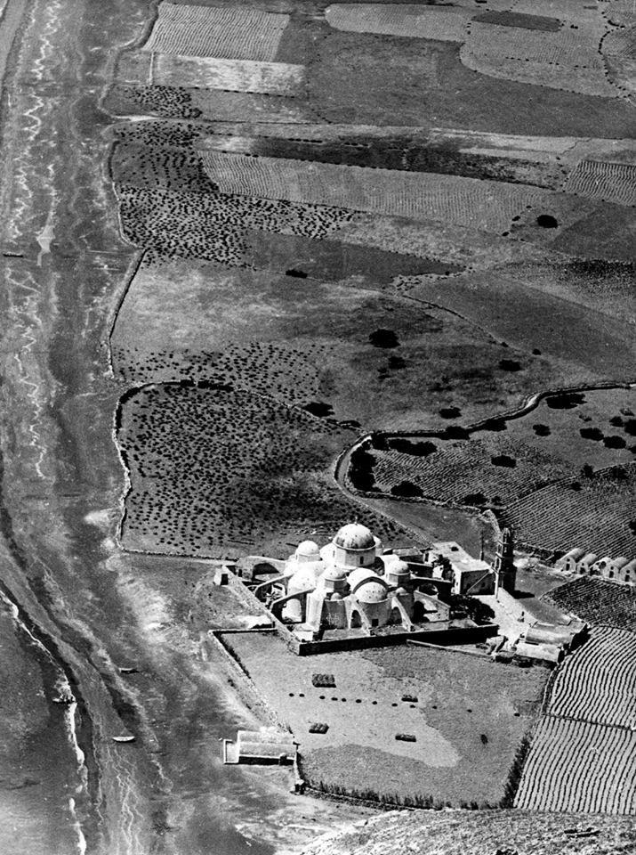 Σαντορίνη, 1941, άποψη παραλίας Περίσσας και της εκκλησίας του Τιμίου Σταυρού.