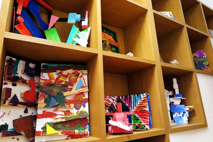2016年1月23日(土)こんにちは。子供たちが芸術教室で製作した作品。それらを収納のために階段室に設けた棚に移動中。意図なく塗り上げられたカラフルな軍団を玄関に持ってきました。なんだか雰囲気が明るくなって気持ちが良い。我が子の作品という満足感が、かなりプラスされていますが(笑)私たちが小さいころに比べて、圧倒的に習い事に割く時間が多い子供たち。ジャンルが増えたことから、複数の教室を掛け持ちするお子様もいらっしゃるそうです。凄いな...と、ただただ感心する今日この頃であります。ちなみに、うちの子は「公文式」の宿題をするので精一杯です(^^;  それでは、今日も皆様にとって良い1日になりますように☆ 【加古川・藤井質店】http://www.pawn-fujii.jp/