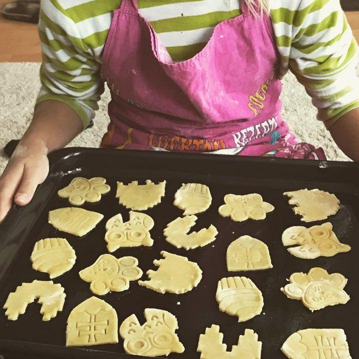 Ďakujeme za krásnu foto 😍 od našej zákazníčky Moniky, ktorá si so svojimi deťmi 👩👧👦 napiekla takéto sušienky. Inšpirujte a zabavte sa so svojimi deťmi počas jesenných víkendov pečením s vykrajovačkami z našej dielne www.layerica.sk Photo from our customer. Thank you 😘 @terezkaczanikova #dnespeciem #dnesjem #dakujeme #iloveyou #customer #zakaznik #cookies #cookiecutter #slovakia #thanks #homemade #funwithkids #autumn #welovekids #predeti #zabavasdetmi #layerica