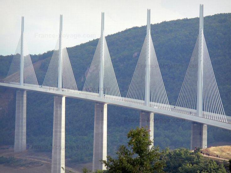 Viaduc de Millau: Pont autoroutier à haubans ; dans le Parc Naturel Régional des Grands Causses - France-Voyage.com