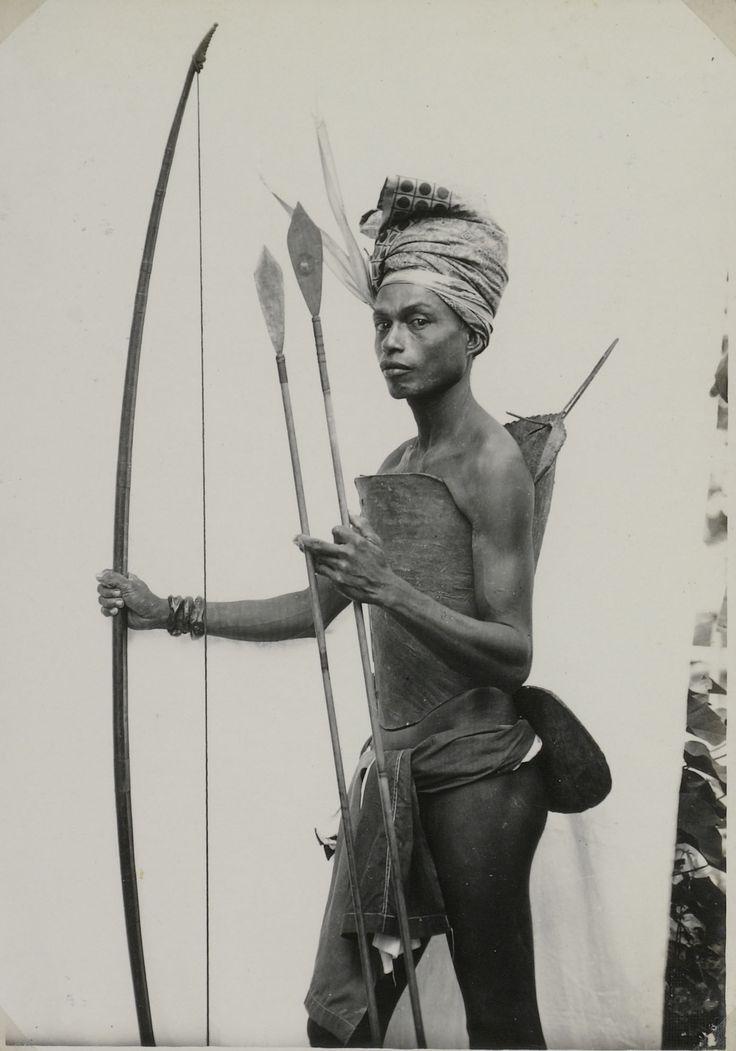 COLLECTIE TROPENMUSEUM Jonge krijger uit Tanimbar met pijl en boog en een harnas van karbouwenhuid, de Tatandi Indrukken Tanimbar-eilanden.