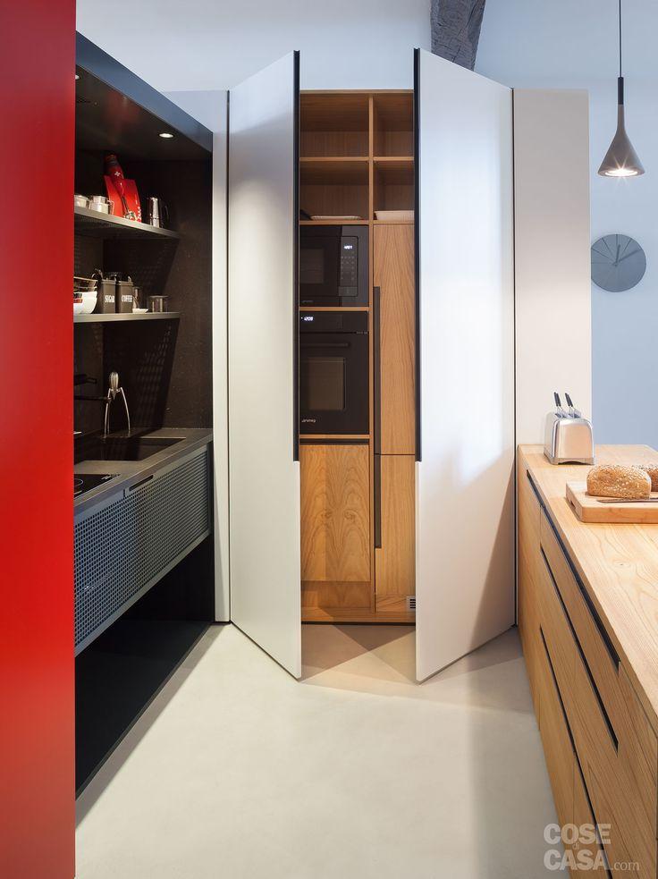 """L'abitazione, in un edificio dell'800, cambia look grazie a innovative soluzioni architettoniche che interessano la zona giorno, la cucina e uno dei bagni. Al centro del progetto ci sono elementi """"a incastro"""" - a metà strada tra il mobile e la muratura - con il colore rosso come filo conduttore."""