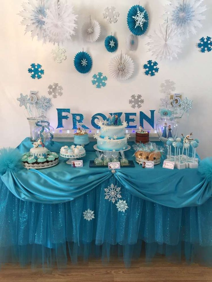 Stunning dessert table at a Frozen birthday party! See more party planning ideas at CatchMyParty.com! Hermosa y sencilla decoración en fiesta de Frozen