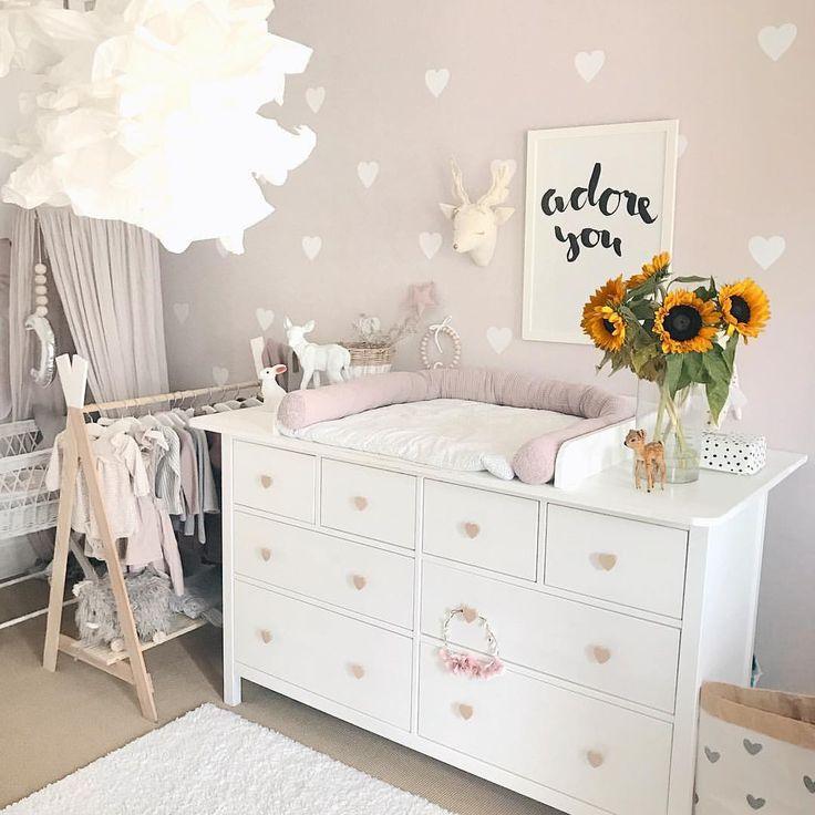 Wickelkommode Babyzimmer einrichten Inspo ? DIY Aufsatz Hemnes Kommode Ikea Hack – Anleitung unter www.petite-voyou.com ? Kinderzimmer Wandsticker Idee Mädchen altrosa Herzen