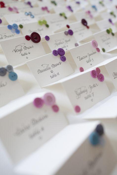 Escort cards marque place en papier avec des boutons de couleur