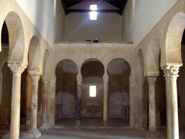 Monasterio de San Miguel de la Escalada. León, siglo X. La disposición de las columnas y los arcos de herradura dan la sensación de mezquita.