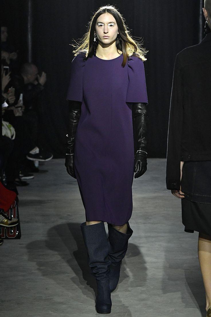 """PFW - As botas são as queridinhas do inverno, e na semana de moda de Paris, a versão """"enrugada"""" ganhou destaque em diversos desfiles. Aposte em tecidos maleáveis e com texturas ou brilhos.  A Adina traz: Camurça, Suede e Veludo Cristal.  Imagem: Lutz Huelle"""