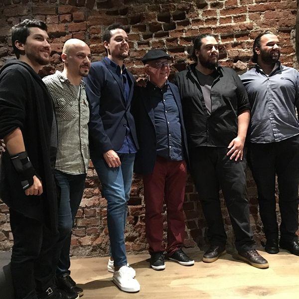 Önder Focan Funkbook Şallıel Brothers, 14 Eylül'de OffGümüşlük'te!   Gitarist Önder Focan ile son yıllarda birlikte gerçekleştirdikleri performansları, kendi projeleri ve diğer müzisyenlerle yaptıkları çalışmalarla geniş bir beğeni toplayan saksofoncu kardeşler Anıl Şallıel ve Batuhan Şallıel, Önder Focan'ın bestelerinden oluşan funky bir repertuarla karşımızdalar.