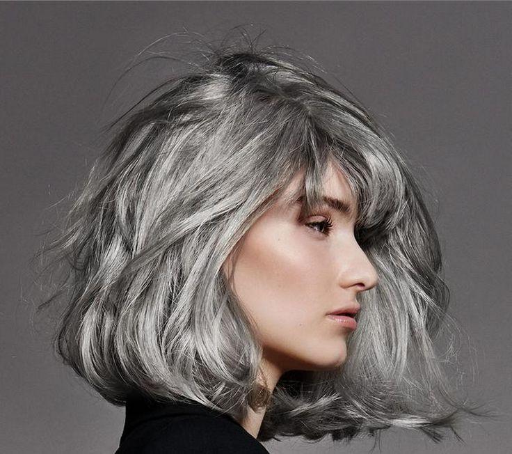 Partager Le gris est le nouveau blond. Ardoise, acier, cendrés : aujourd'hui, les cheveux argentés se portent la tête haute. Un naturel sublimé, chic et sexy, qui séduit toutes les générations.