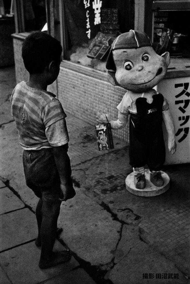 ペコちゃん人形のもつミルキーの箱を狙う戦災孤児 銀座 (昭和25年) / war orphan gazing at a candy box in a hand of the famous dummy Peko-chan by Tanuma Takeyoshi