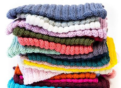 """Karklude/vaskeklude iMayflower Cotton 8/4 1 nøgle giver 2 karklude/vaskeklude. Slå 60 masker op på pind 3 og strik skiftevis 2 ret og 2 vrang. Når der er strikket 74 rækker maskes af. Enderne hæftes, og """"kluden"""" er klar til brug. Se og udskriv opskriften her"""
